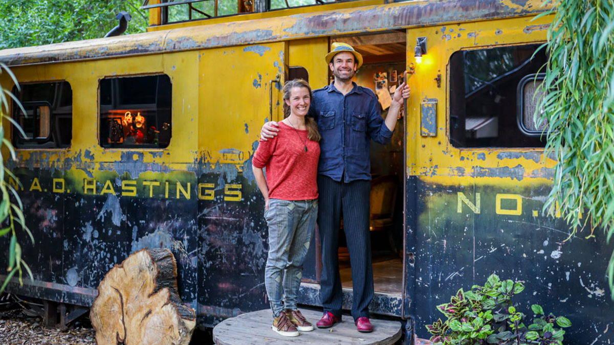 Пара купила ржавый железнодорожный вагон и превратила его в дом мечты