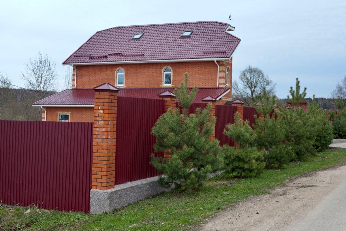 Чем невзрачный маленький дом лучше домины на манер царских палат