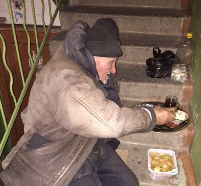 Челябинцы забрали из улицы в свой дом старенького дедушку