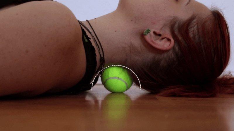 7 упражнений с теннисным мячиком, которые помогут справиться с болью в спине